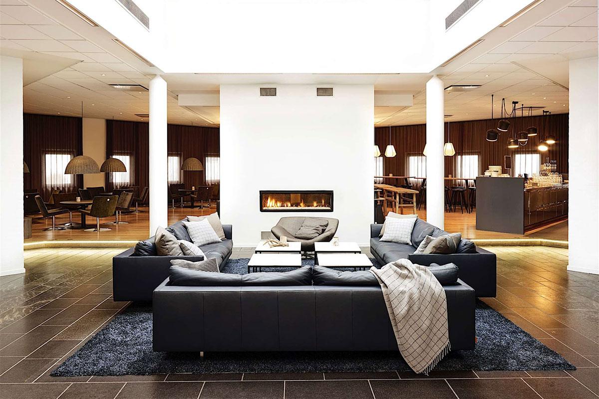 Lobbyområdet på Comwell Borupgaard er indbydende med pejs, bar og loungestemning.